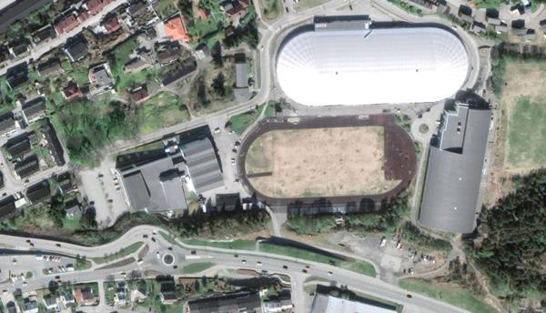 Gamle Atlanten stadion her mellom Atlanterhavsbadet (til venstre), Nordvesthallen (til høyre) og Arena Nordvest. Satelittfoto: Google Maps