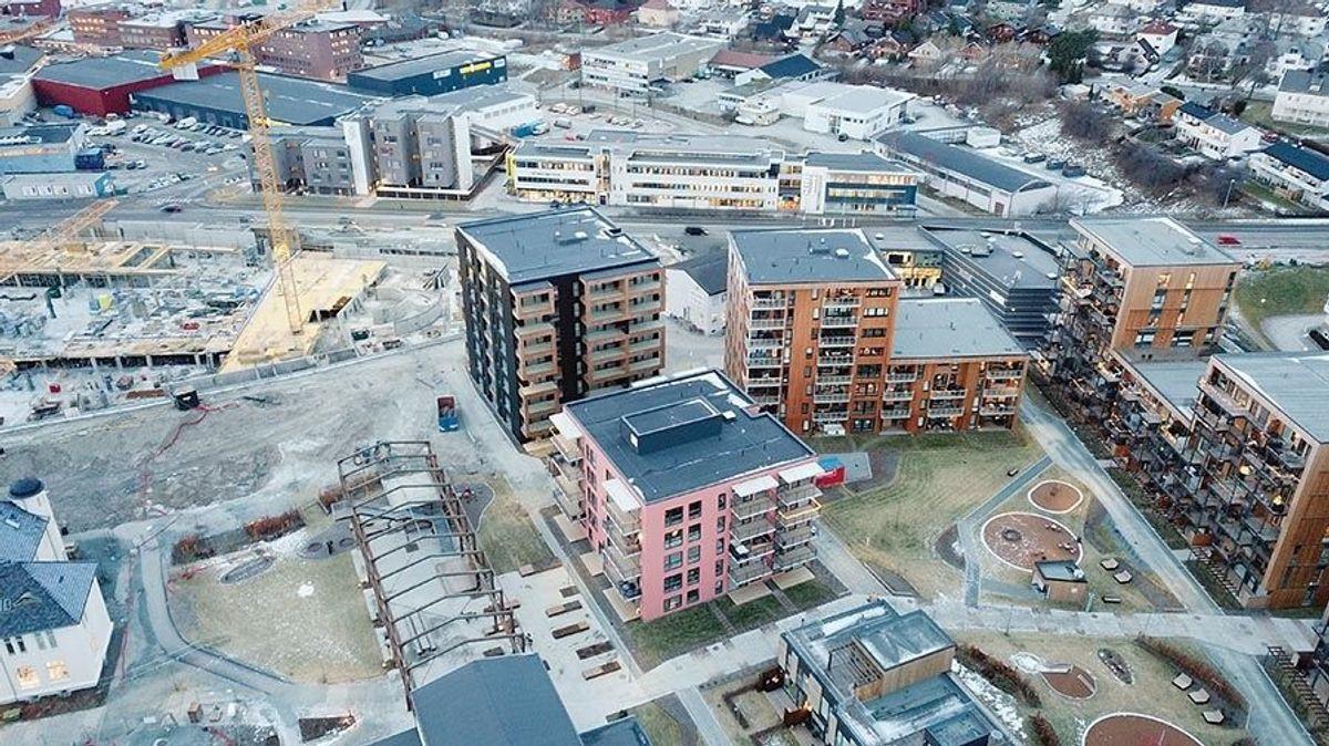 Dronebildet viser hvordan området med de nye blokkene blir. Luftig og godt planlagt burde det gi et godt boligmiljø. Foto: Veidekke