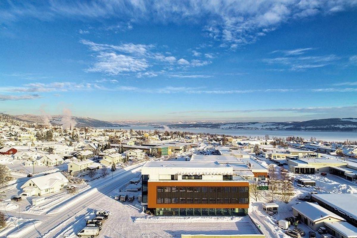 Under snødekket ligger det et solcelleanlegg som skal produsere 10.000 kWh per år. Foto: Kim Rognmno
