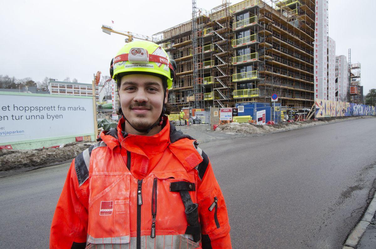Veidekke-tømrer Alexander Humberset fra Oslo gikk fra lærling til fast ansatt i Veidekke i august i fjor, og han er spent på å se om arbeidshverdagen blir mer digital fremover.