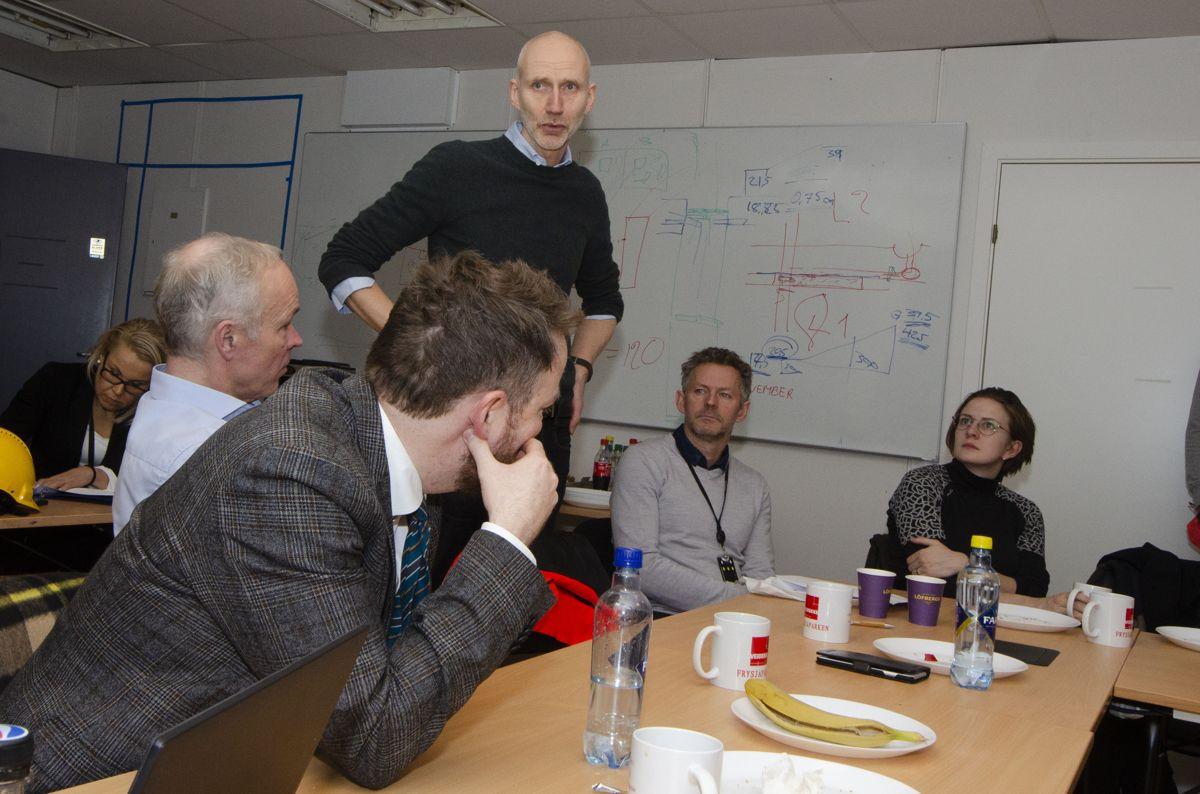 Konserndirektør Hans Olav Sørli i Veidekke Bygg fortalte statsrådene om hva Veidekke gjør for å sikre at de har riktig kompetanse i organisasjonen.