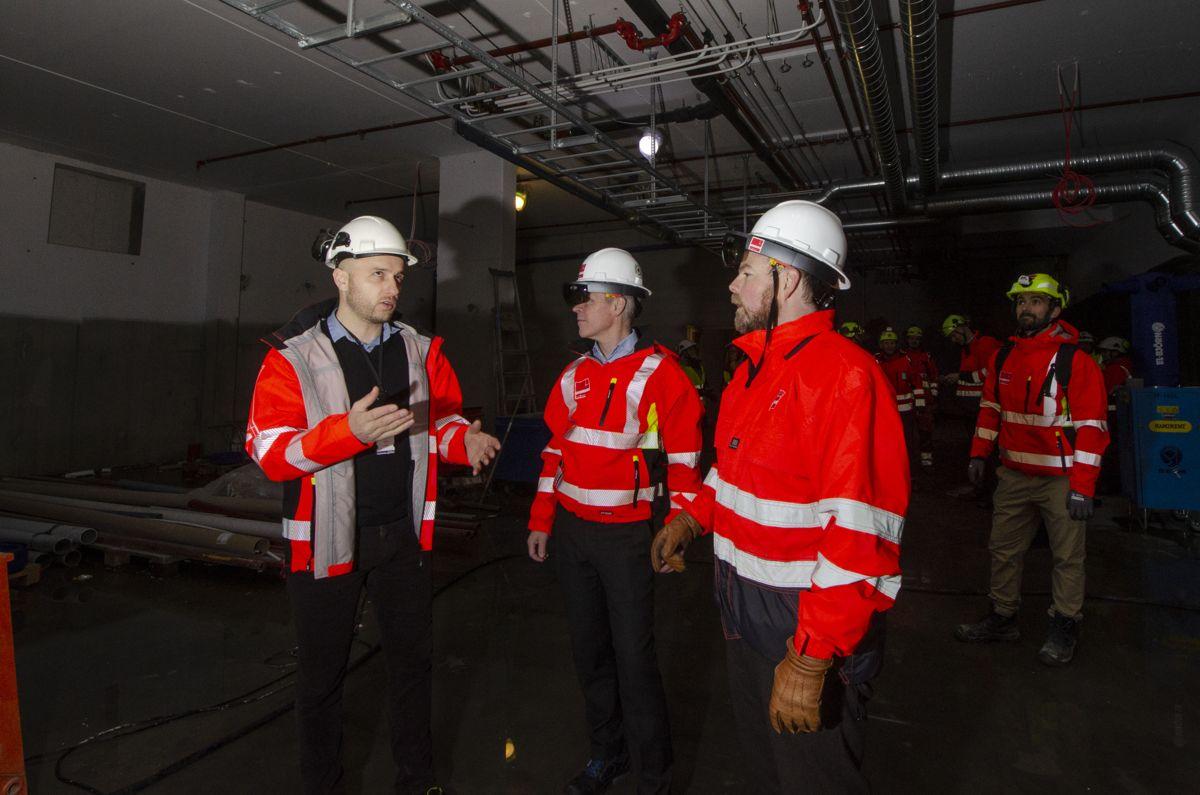 BIM-tekniker Øyvind Svaland demonstrerte Veidekkes AR-løsninger for statsrådene.