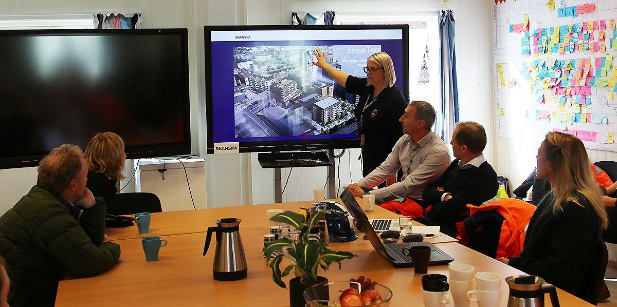 Anleggsleder Marianne Åvik Bråten i Skanska forteller om prosjektet Ensjø Torg.