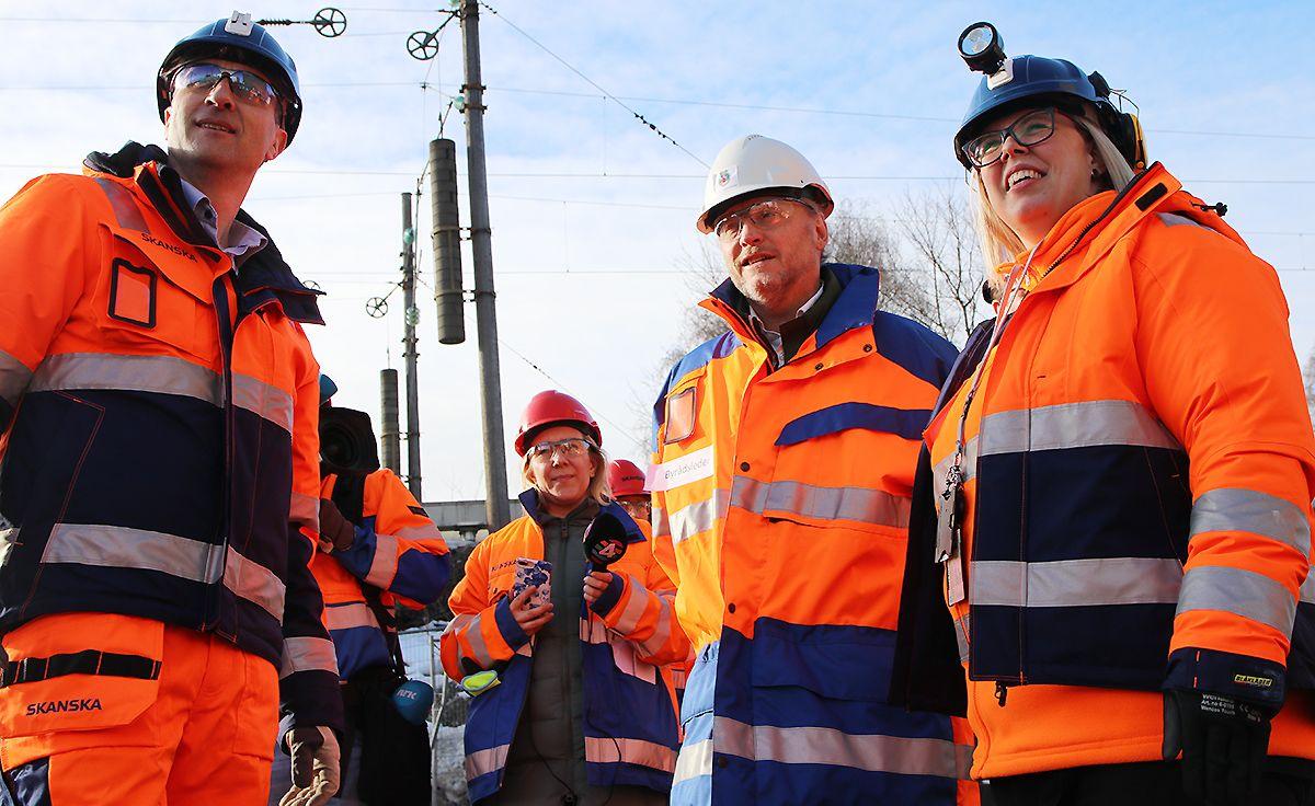 Ståle Rød, Raymond Johansen og anleggsleder Marianne Åvik Bråten i Skanska.