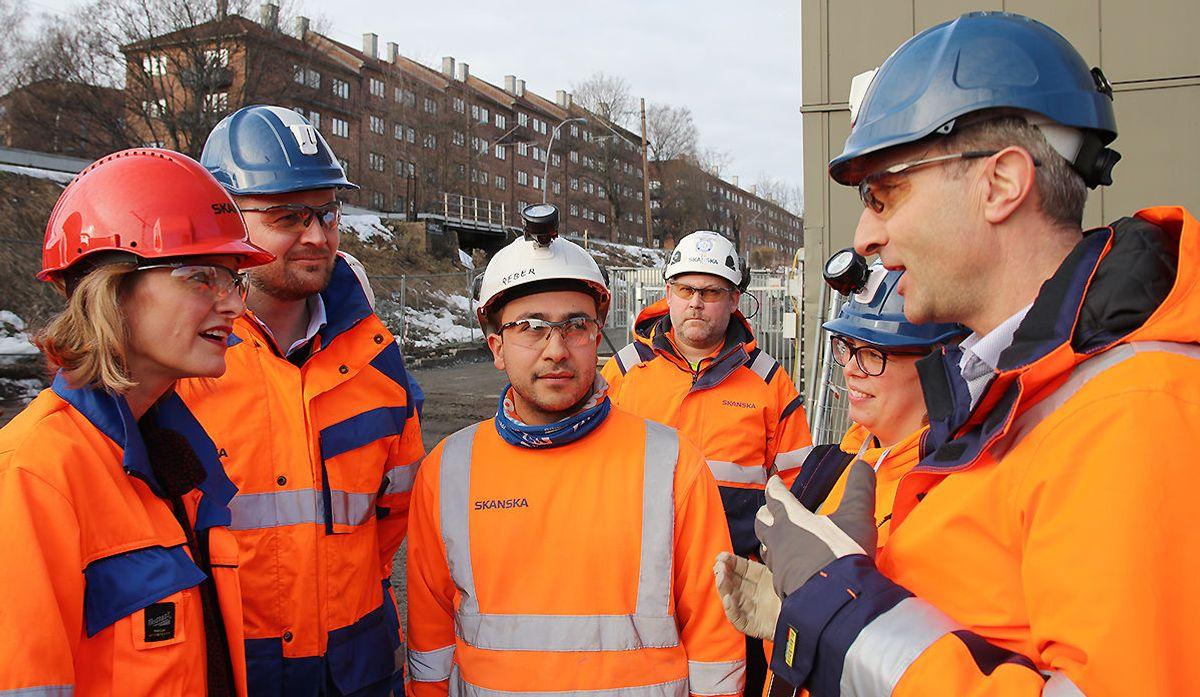 Lærling Reber Bakir (midten) i samtale med byråd Inga Marte Thorkildsen og Ståle Rød.