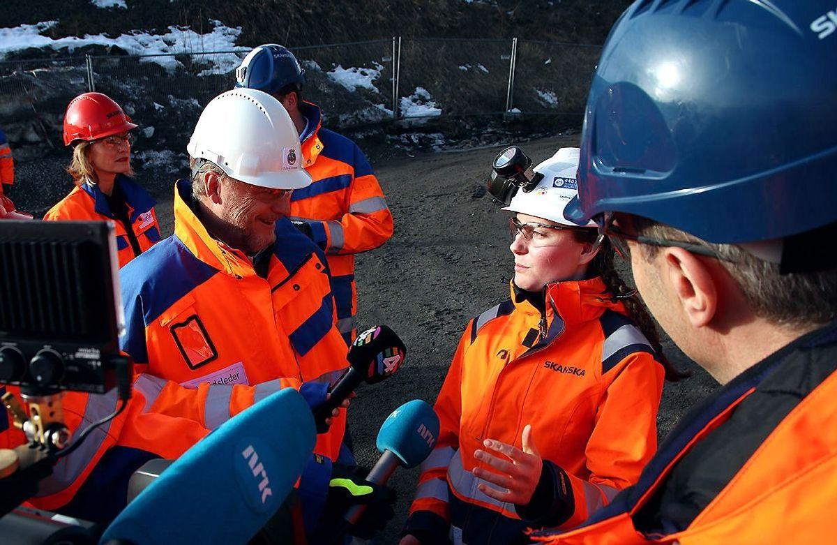 Byrådsleder Raymond Johansen i samtale med lærlingen Anne-Marie Sørvåg og konsernsjef Ståle Rød i Skanska på byggeplassen til Ensjø Torg.
