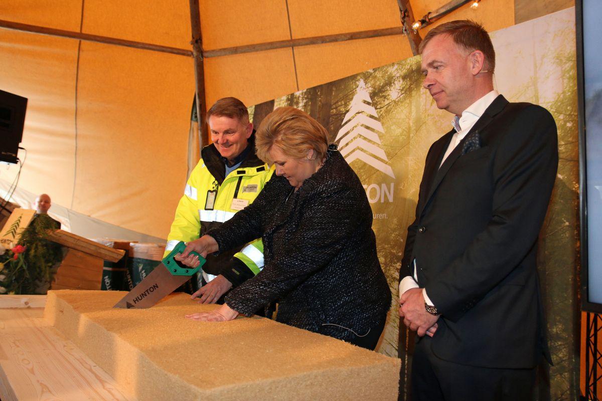 <p>Statsminister Erna Solberg sto for den offisielle åpningen av Huntons nye fabrikk på Gjøvik. Fabrikksjef Tom Wasenden (t.v) og administrerende direktør Arne Jebsen i Hunton følger med på sagingen.</p>