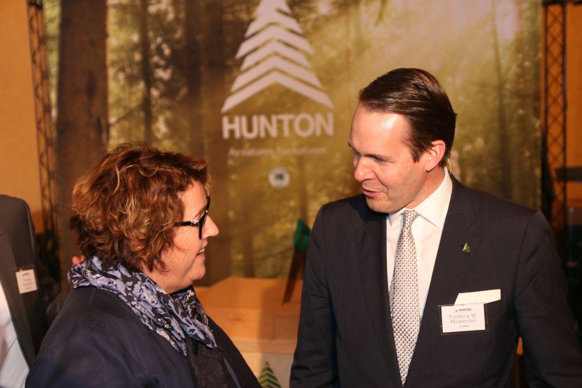 Mat- og landbruksminister Olaug Bollestad og styreleder Frederik W. Mowinckel i Hunton.