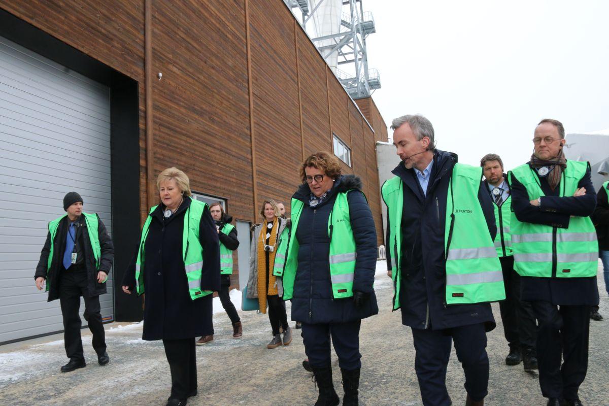 Produksjonsdirektør Runar Jakobsen i Hunton tok med Erna Solberg og mat- og landbruksminister Olaug Bollestad på omvisning i den nye fabrikken.