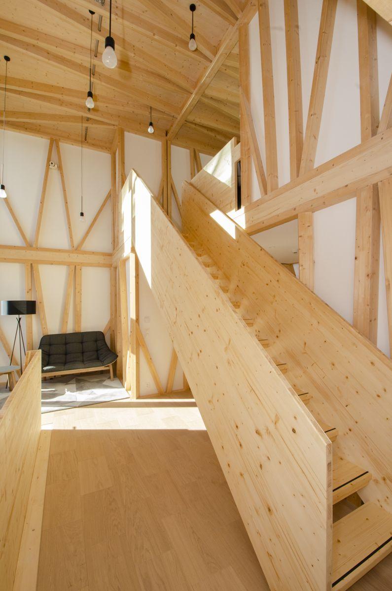 To etasjer i tre er utformet ved hjelp av regnestykker og bygget av robotarmer inne på fabrikk.