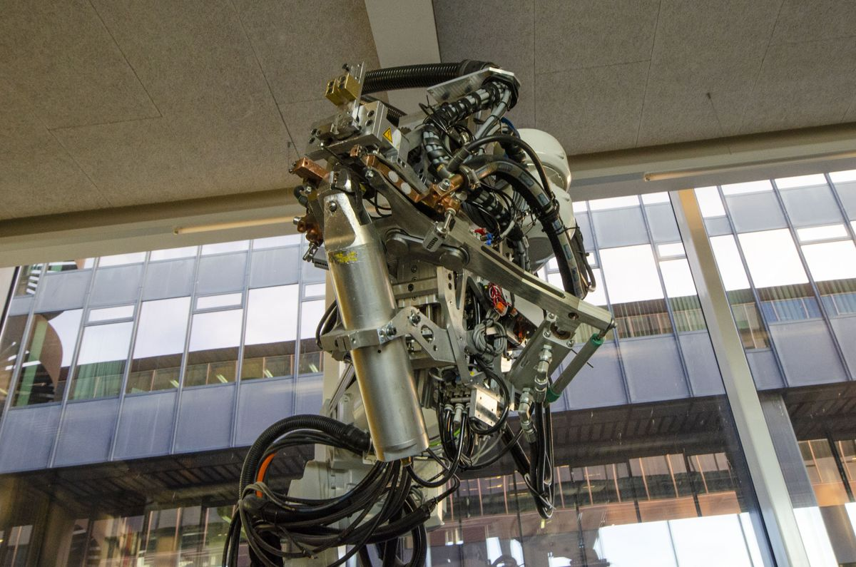 Denne robotarmen former, sveiser og kutter armering på en måte som muliggjør helt nye konstruksjoner, som bæreveggen i DFAB House.