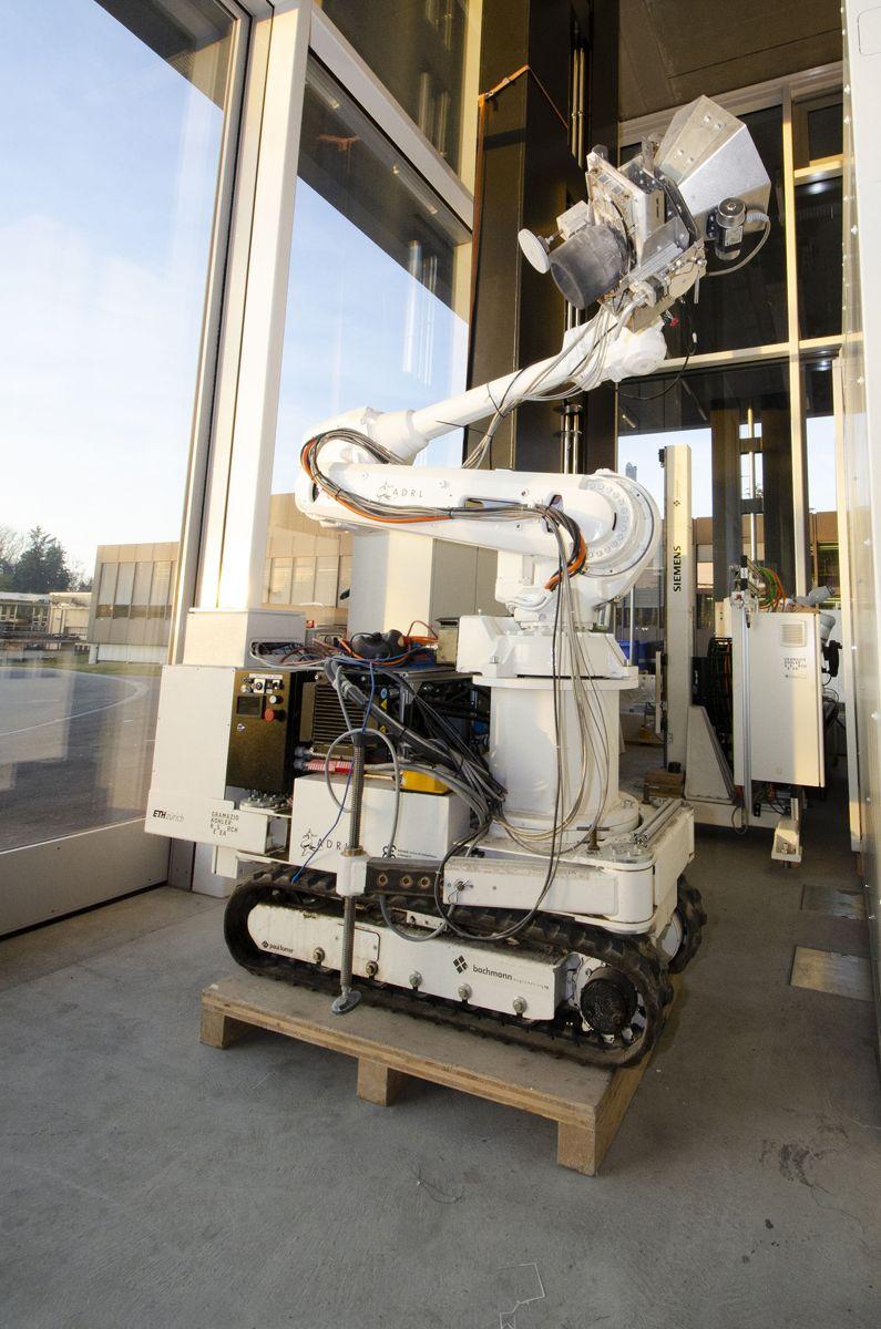 In situ Fabricator kan utrustes med forskjellige robotarmer, og kan bygge i både betong, stein og metall.