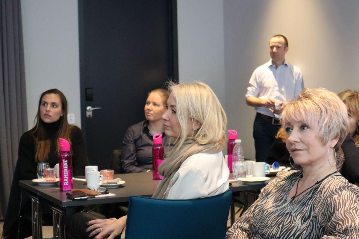 Første samling i Ramirents kvinneforum. Administrerende direktør Øyvind Emblem i bakgrunnen. Foto: Svanhild Blakstad