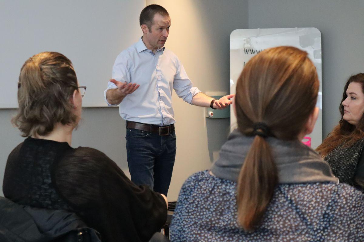Ramirent-sjef Øyvind Emblem møtte selskapets kvinnelige ansatte. Foto: Svanhild Blakstad