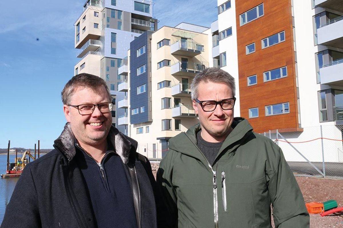 Prosjektleder Rune Haugen (t.v) og anleggsleder Andre Thorsdalen i Peab Region Telemark, Vestfold, Buskerud, synes det har vært artig å være en del av det de beskriver som et leilighetsprosjekt litt utenom det vanlige.