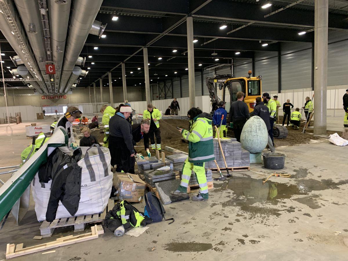 Sammen med anleggsgartnerelever fra flere videregående skoler bygger Naml Øst en stor utstillingshage til Hagemessen på Lillestrøm. Foto: Marit Sagen
