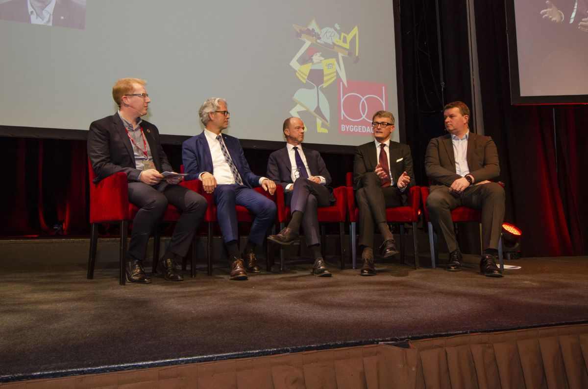 Jomar Talsnes Heggdal i BNL (fra venstre), Jon Sandnes i BNL, Ole Erik Almlid i NHO, Øyvind Eriksen i Aker og Hans-Christian Gabrielsen i LO. Foto: Sindre Sverdrup Strand