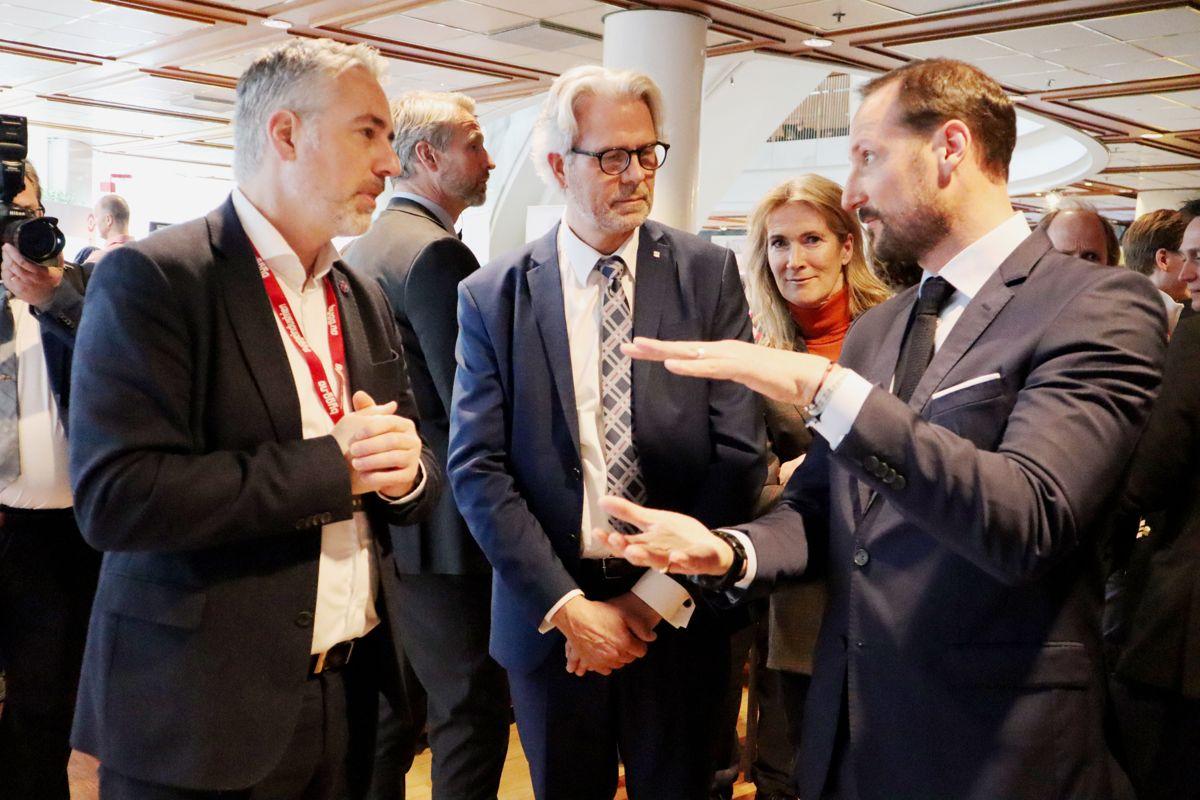 <p>Det var engasjert kronprins Haakon som besøkte det norske teknologiselskapet Catenda på Byggedagene. Her i samtale med daglig leder Håvard Brekke Bell, med BNL-sjef Jon Sandnes og Kari Sandberg i EBA i bakgrunnen. Foto: Svanhild Blakstad</p>