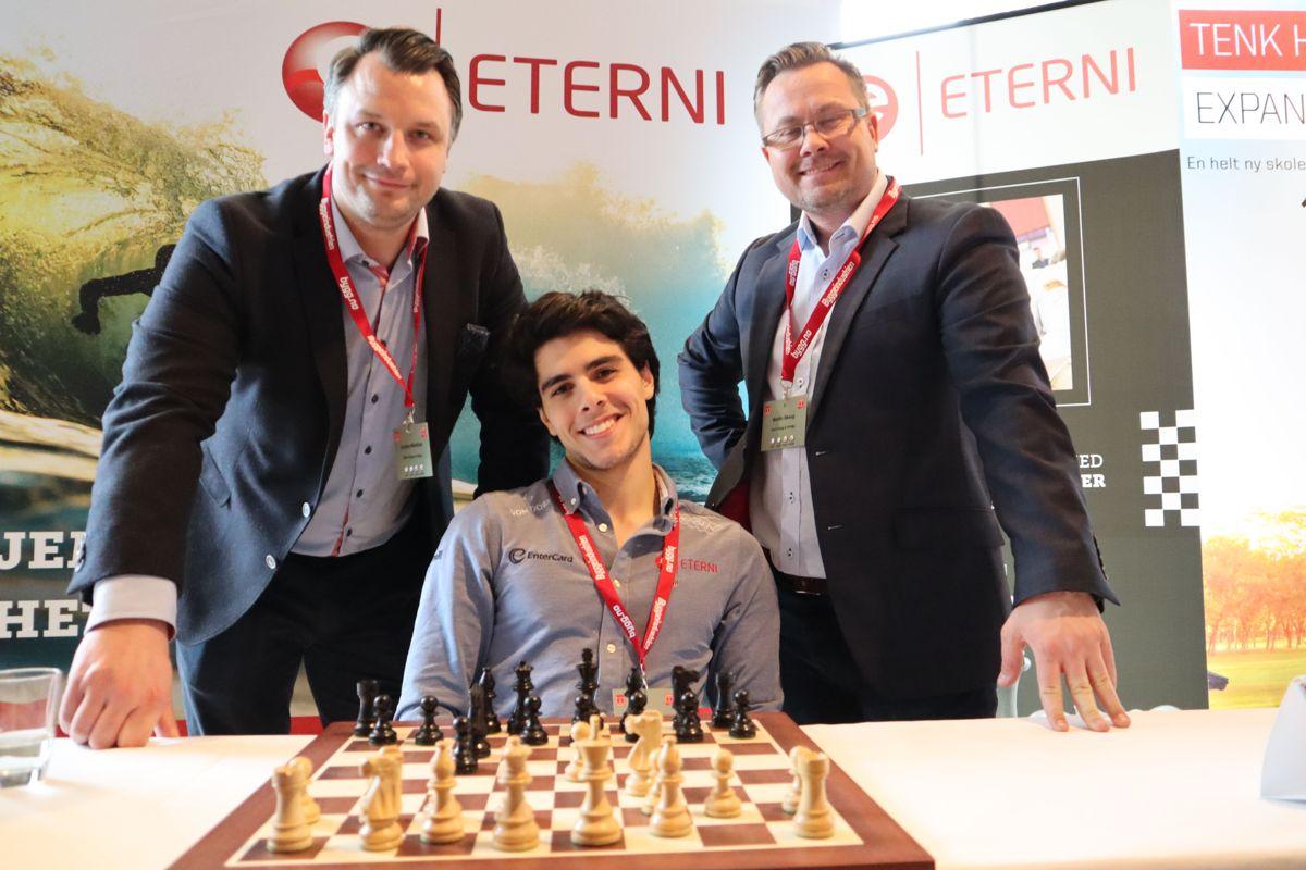 Eterni hadde med seg sjakkverdensmesteren Aryan Tari på standen. Foto: Svanhild Blakstad