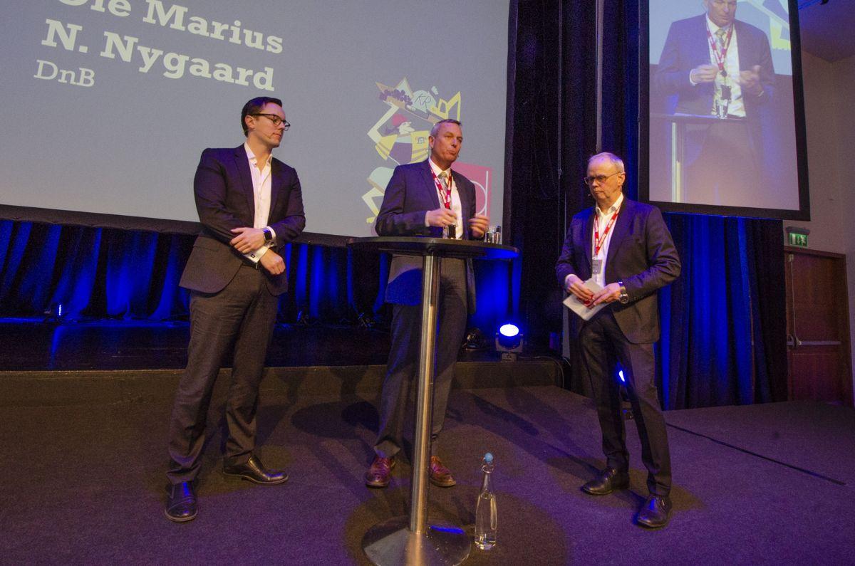 Ole Marius N. Nygaard i DNB (fra venstre), Rolf Thorsen i OSU og møteleder Sverre Tiltnes. Foto: Sindre Sverdrup Strand