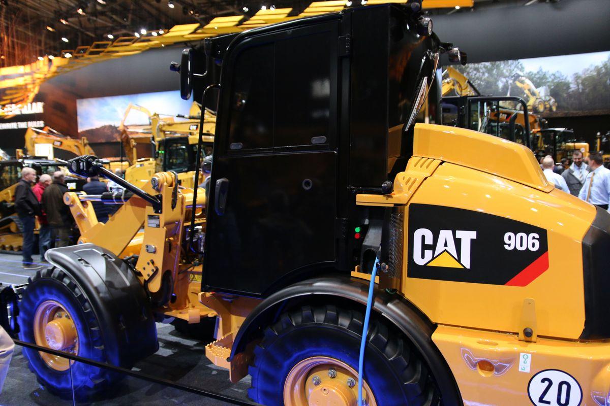 <p>Caterpillars elektriske hjullaster er ikke klar for det kommeriselle markedet, men maskinen viser at den amerikanske maskinprodusenten nå girer opp satsingen på elektriske maskiner.</p>