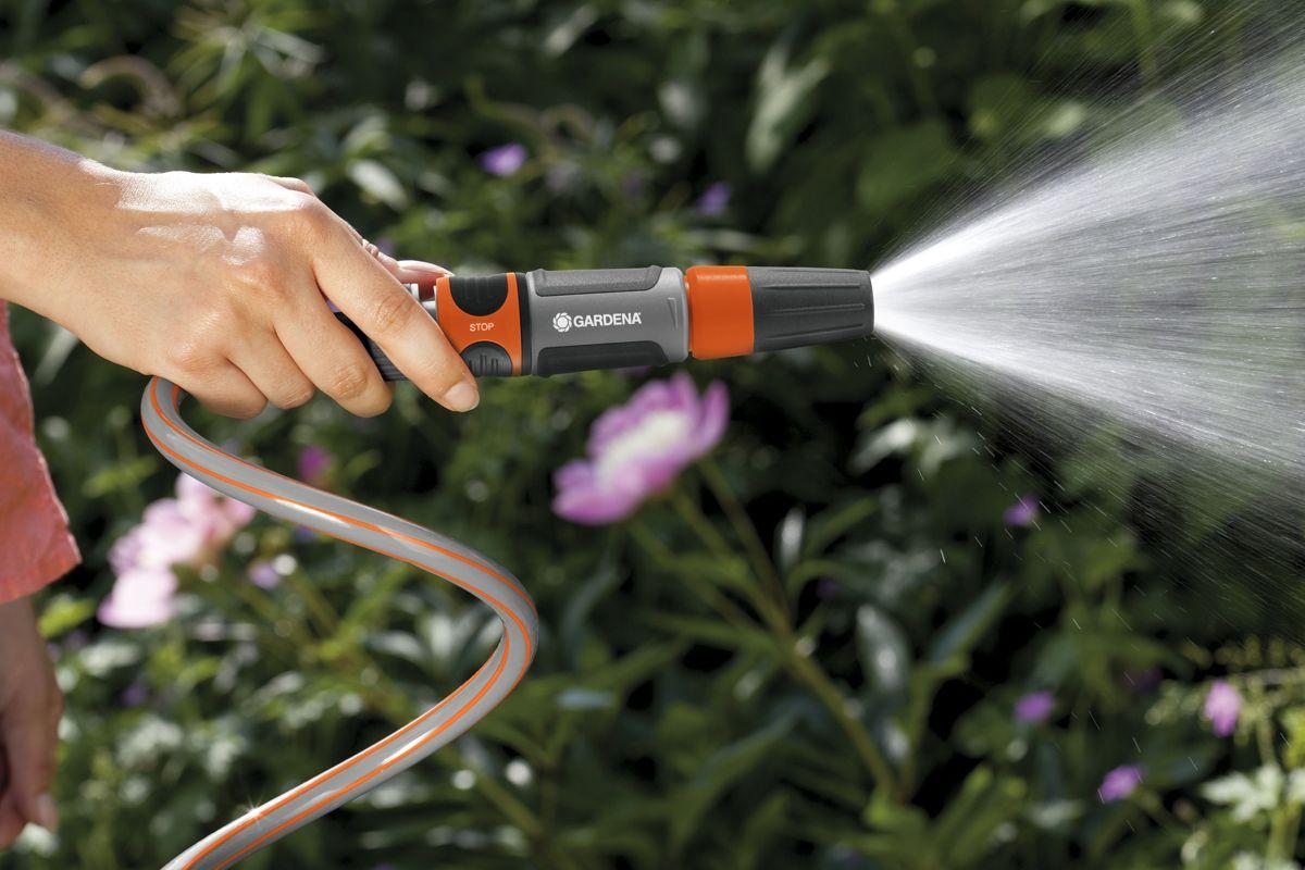 <p>Velg riktig stråle for å spare vann. Startsettet monteres rett på slangen og styrken til vannstrømmen kan justeres mellom hard og myk stråle.</p>