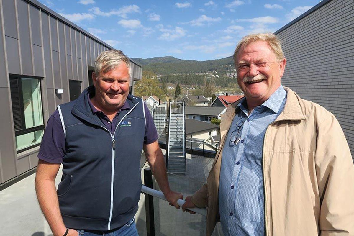 Daglig leder i Obas AS, Rune Karlsen (til høyre) og anleggsleder Steinar Bernhardsen er svært tilfreds med prosjektet Munkhaughjørnet. Anleggsleder Tom Henning Evensen var ikke tilstede da bildet ble tatt.