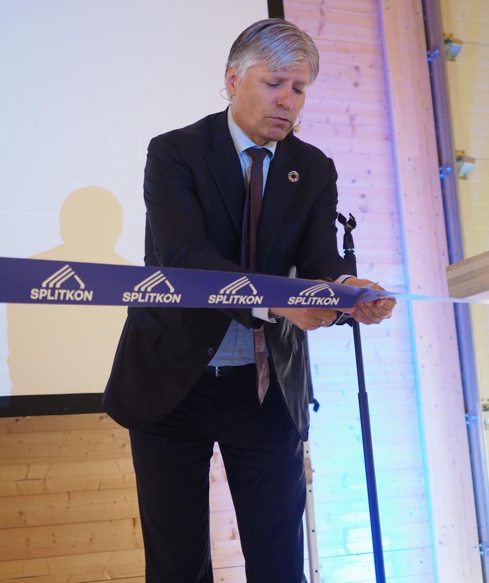 <p>Klima- og miljøminister Ole Elvestuen åpnet tirsdag Splikons nye massivtrefabrikk i Åmot. Foto: Jørn Hindklev</p>