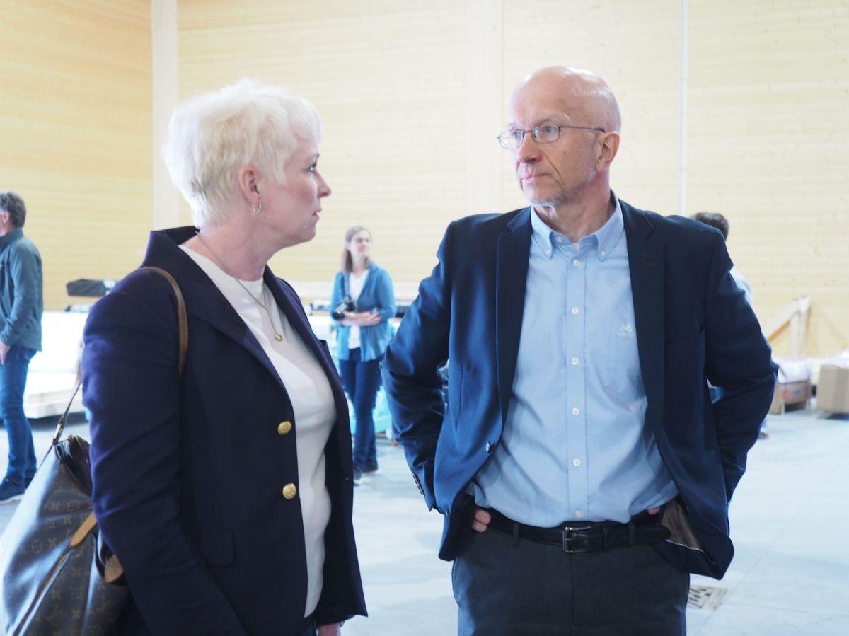 Heidi Finstad (administrerende direktør i Treindustrien) og Morten Johansen (daglig leder i Splitkon). Foto: Jørn Hindklev