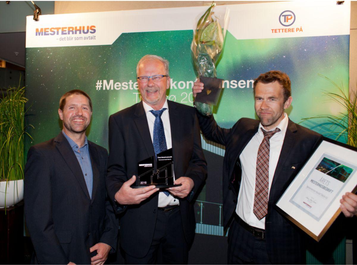 Årets Mesterhusbedrift: Tømrermester Harald Teksle AS. Fra venstre mot høyre, Rune Hagen, Harald Teksle og Lars Simensen. Foto: Stina Grønbech