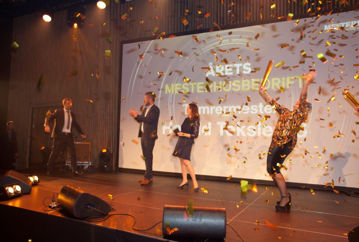 Ekstra god stemning når Årets Mesterhusbedrift ble kåret. På scenen artisten Silya, Monica Blom Thorsen og Bent Hallvard Tveit fra Mesterhus-administrasjonen. Foto: Stina Grønbech