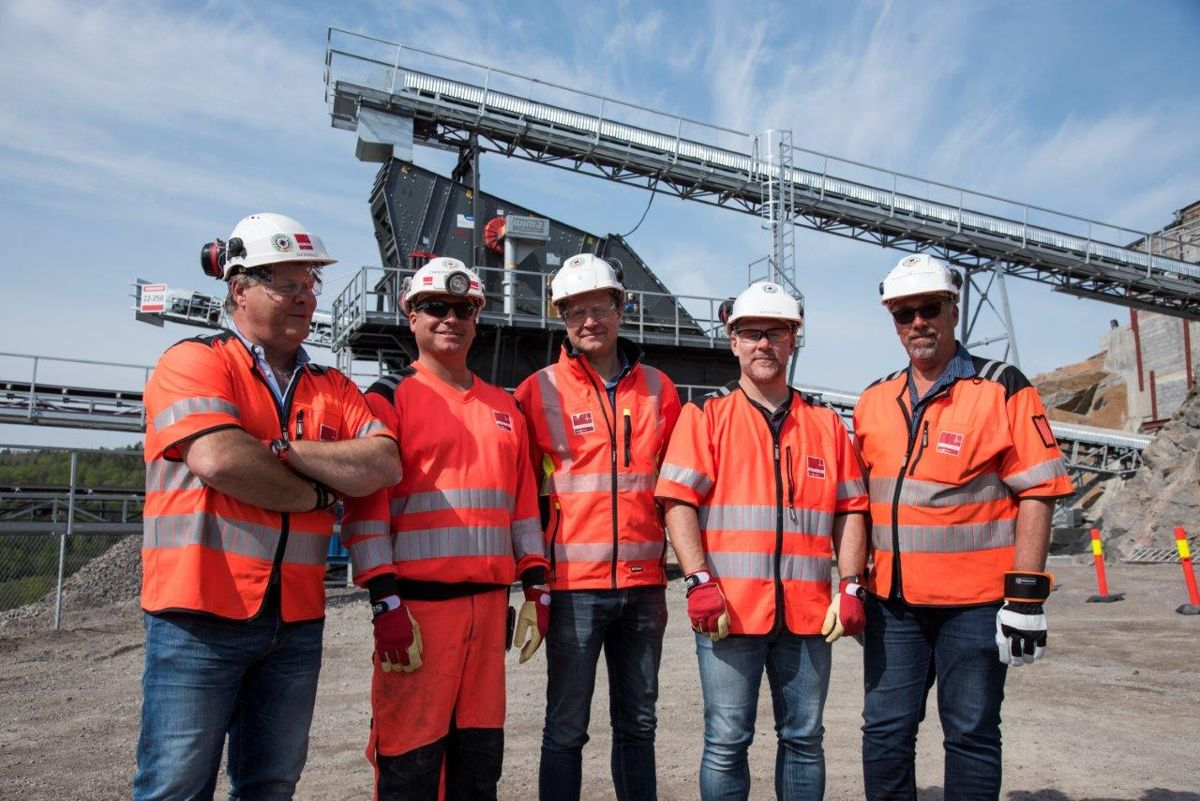 <p>Foran en av investeringene i bakgrunnen: Distriktsleder Ole Stensholt (fra venstre), produksjonsleder Christoffer Hamer Olsen, fungerende leder av pukk og grus i Veidekke Industri, Geir Bartholsen, anleggsleder Espen Lepsøe og prosjektleder Thor Einar Stokke.</p>