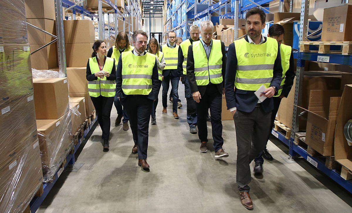Adm. dir. Bjørn-Osvald Skandsen i Systemair (t.h.) og næringsminister Torbjørn Røe Isaksen i front under besøket torsdag.
