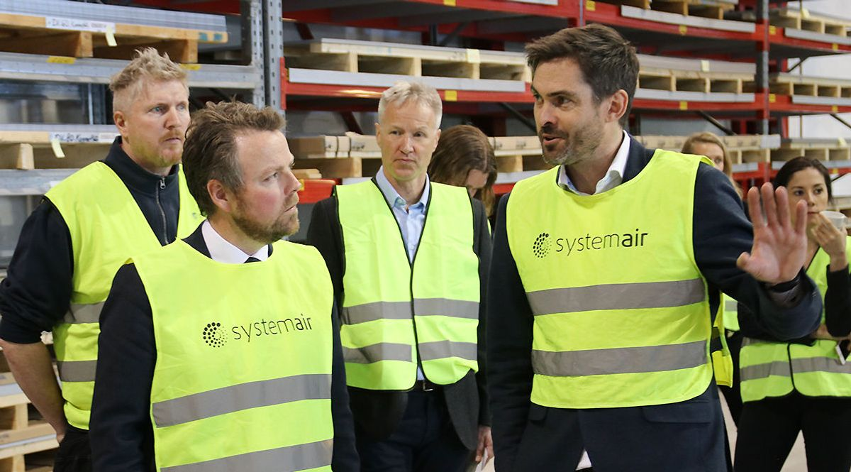 Adm. dir. Bjørn-Osvald Skandsen i Systemair (t.h.) forteller næringsminister Torbjørn Røe Isaksen om fabrikkens moderne produksjonsutstyr.