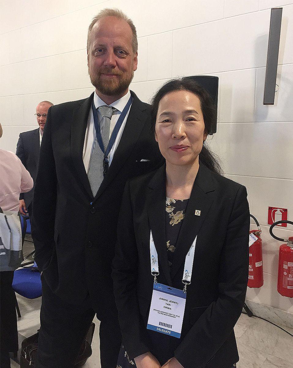 Styreleder Øyvind Engelstad i NFF sammen med nyvalgt president i ITA, Jenny Yan fra Kina. Foto: Tone Nakstad