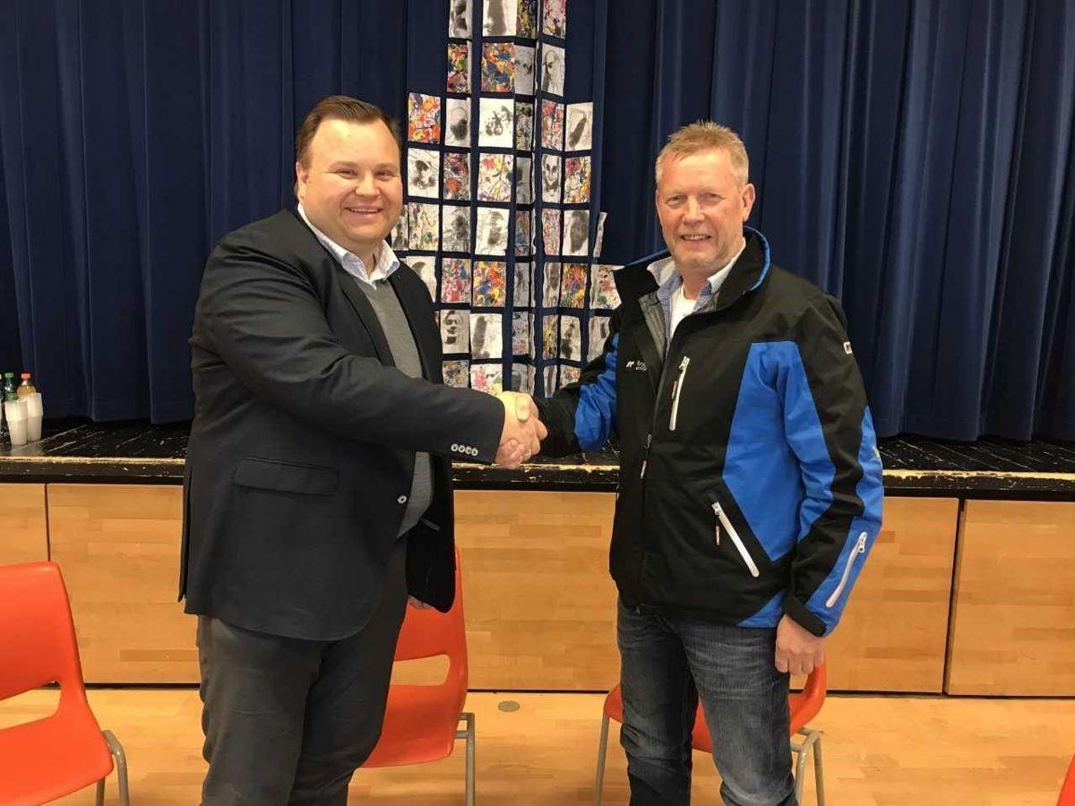 Oppegård-ordfører Thomas Sjøvold (til venstre) og direktør Morten Midtskog i AF Bygg Øst. Foto: Oppegård kommune
