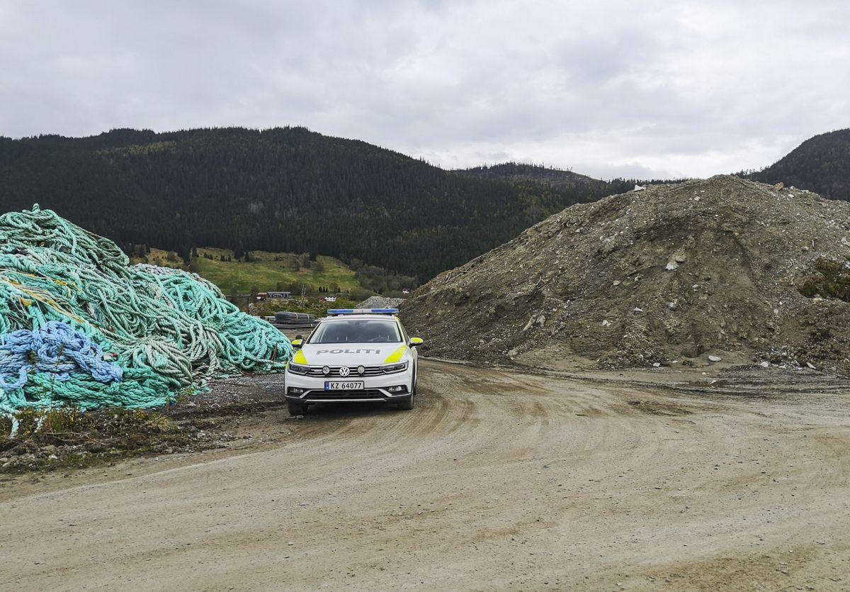 En gravemaskin veltet over en person i Orkanger i Trøndelag fredag ettermiddag. Luftambulansen har fløyet den skadde personen til St. Olavs hospital. Foto: Joakim Halvorsen / NTB scanpix