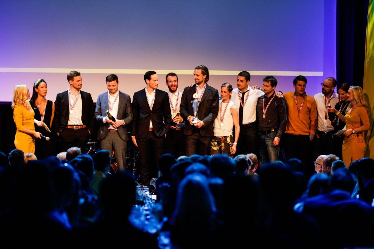 Vinnerlaget til AF Decom Offshore 1 tar imot velfortjent heder for seieren i puljen Byggebransjen for Kreftforeningen i Holmenkollstafetten 2019.