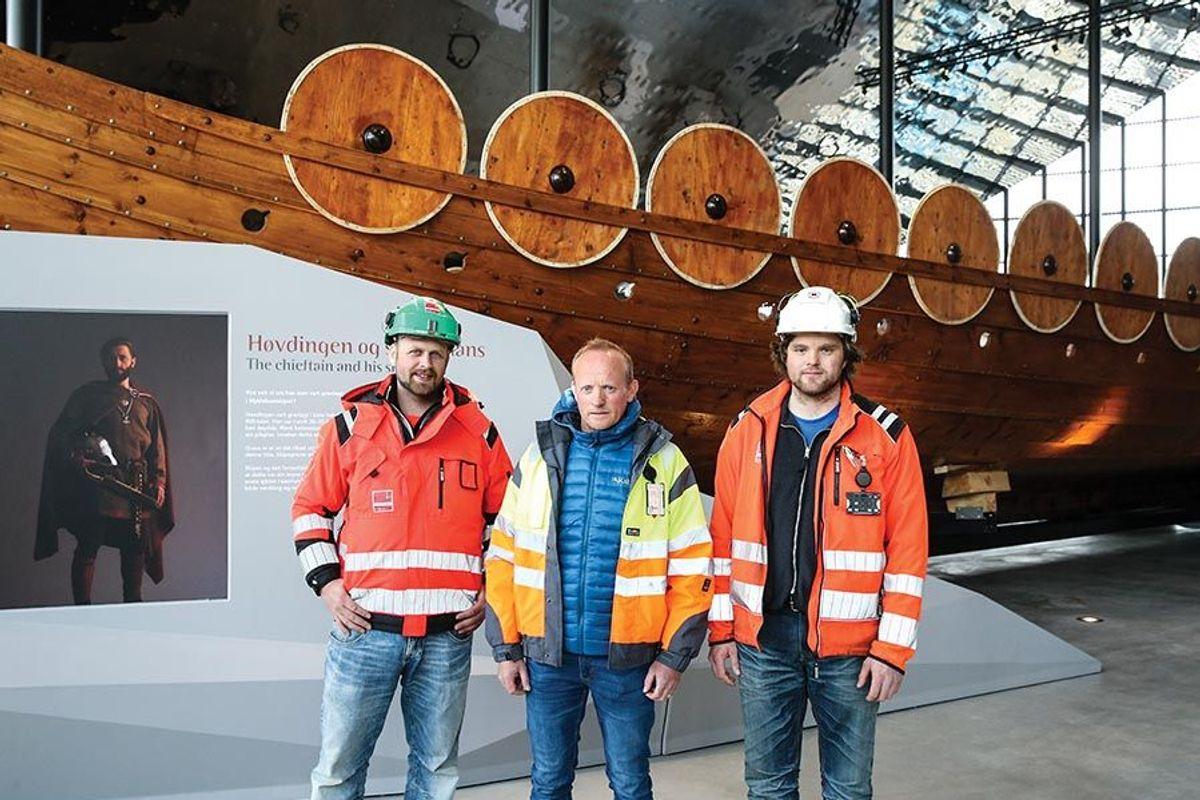 Fra venstre tømrerformann Roger Auflem i Veidekke, byggeleder Svein Otto Melheim - daglig leder i Eid Industrihus KF, og ass. anleggsleder Hans Arne Lundestad i Veidekke.