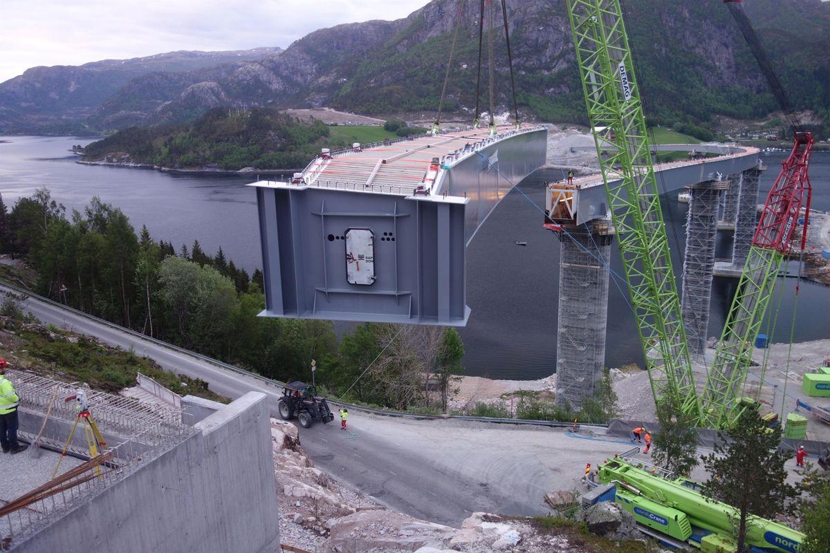 Bruelementene til Åstfjordbrua ble heiset på plass i midten av mai. Foto: Hlynur Gudmundsson - Statens vegvesen