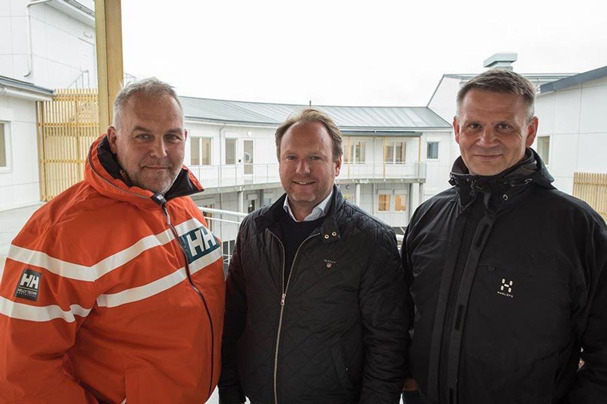 Prosjekteringsleder Runar Olsen og prosjektleder Raymond Nyborg på hver side av daglig leder Reinert Hersleth i Hersleth Entreprenør AS.