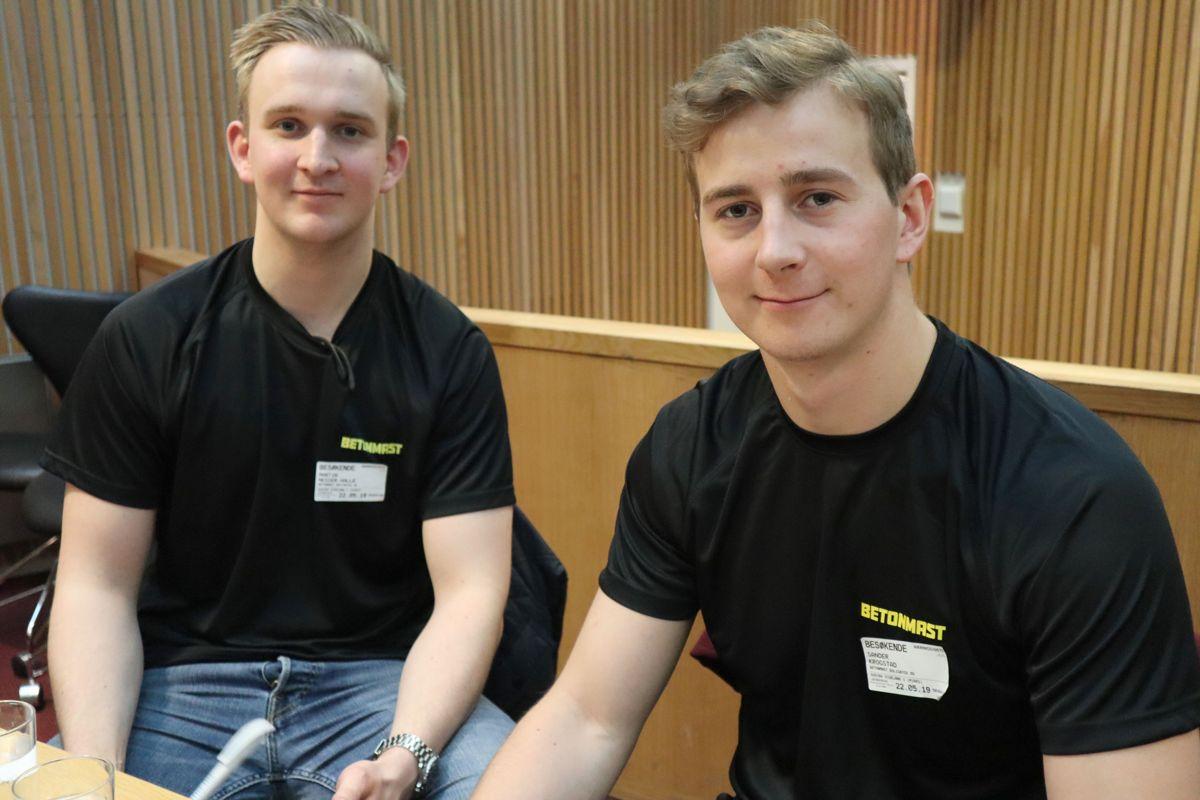 Tømrerne Martin Nesser Halle og Sander Krogstad i Betonmast har vært instruktører for ungdomsskoleelevene på Småhusprosjektet. Foto: Svanhild Blakstad