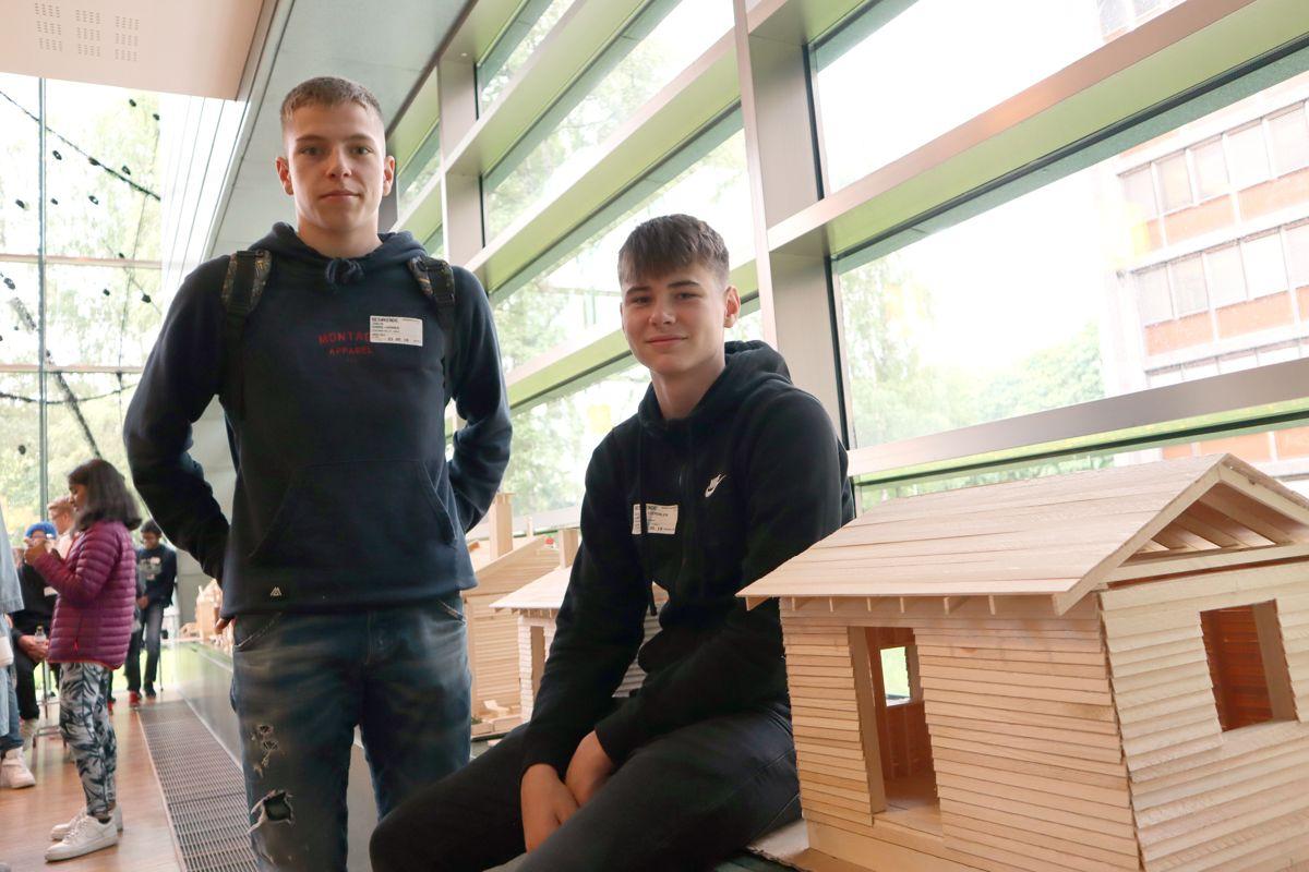 Jakob Sarre Hammer og William Gjerdalen Larsen fra Stasjonsfjellet skole viste frem huset de hadde bygget under Småhuskonferansen. Foto: Svanhild Blakstad