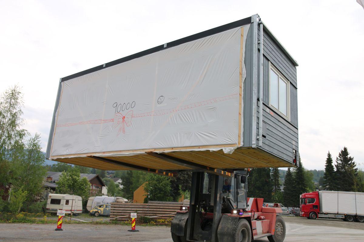 Onsdag rullet modul nummer 90.000 ut av Moelven Byggmoduls fabrikk.
