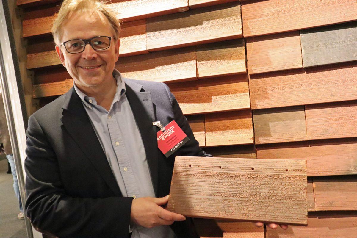 - Arkitektene er en viktig målgruppe når vi skal vise frem nye produkter, sier Per Ivar Ødegaard i Wienerberger - her med keramisk bekledningstegl som kan benyttes både på tak og fasade. Foto: Svanhild Blakstad