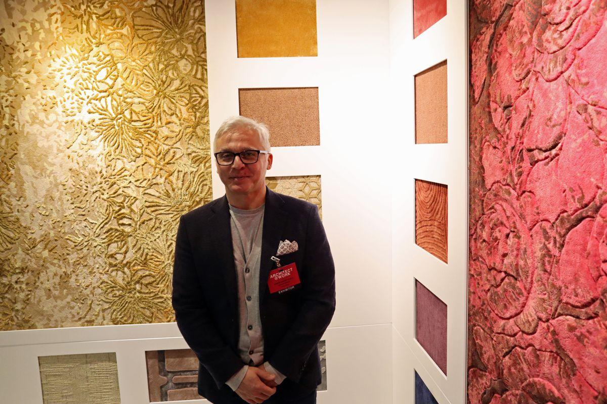 Den italienske teppeprodusenten Luxury Carpet Studio har levert tepper til en rekke luksushoteller verden rundt og vil gjerne inn på det norske markedet. De var en av 80 utstillere på Archittect@work - her representert ved Vincenzo Solenne. Foto: Svanhild Blakstad