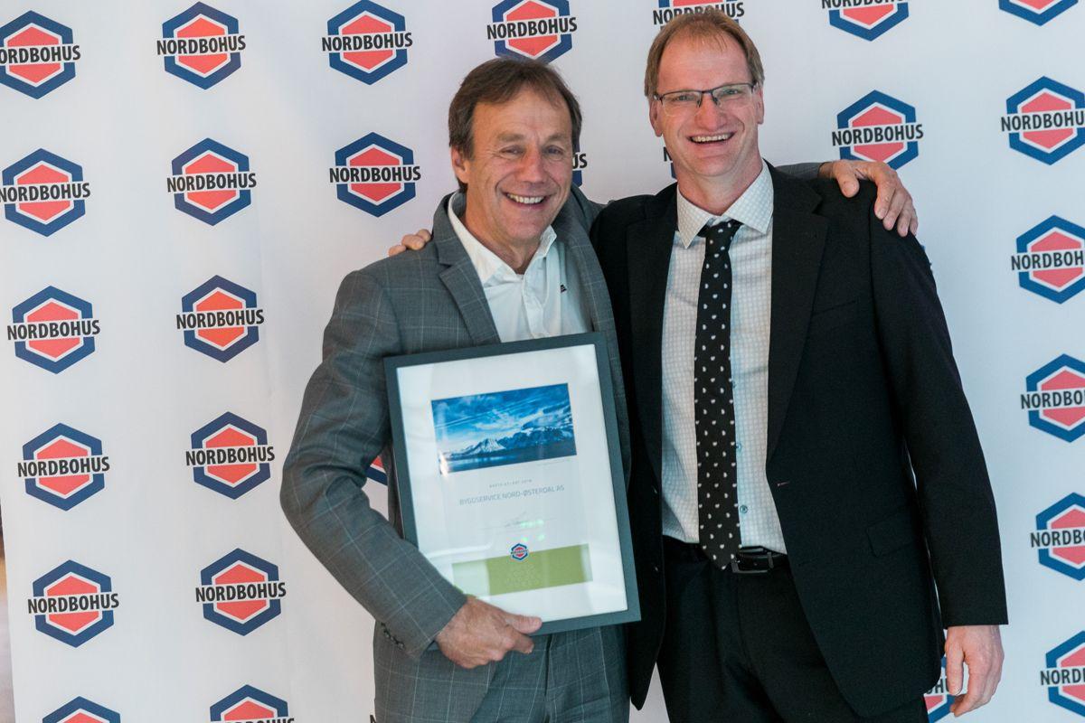 Årets beste kundetilfredshet i enkeltkundemarkedet gikk til Nordbohus Byggservice Nord-Østerdal. Trond Motrøen (t.v) og Einar Horten tok imot prisen.