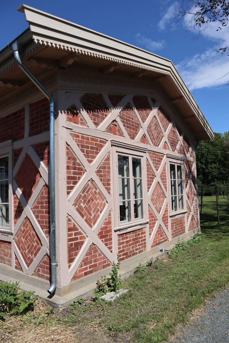 Gartnerboligen fra 1850 er restaurert og gjort om til kontorer. Foto: Svanhild Blakstad