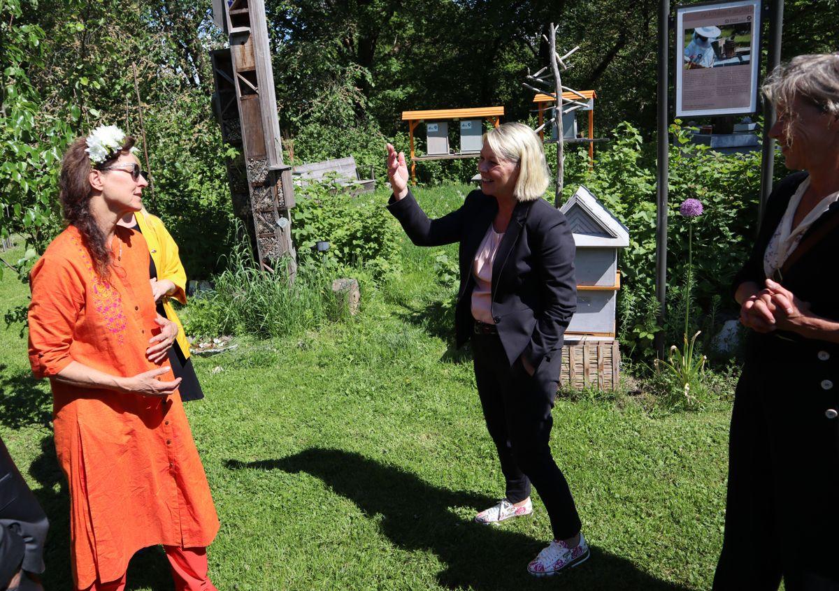 Kommunalministeren fikk god innføring i birøkt av ekspertene fra ByBi. Foto: Svanhild Blakstad