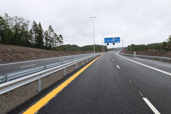 22 kilometer ny E18 mellom Tvedestrand og Arendal sto ferdig sommeren 2019 og var det første prosjektet i regi av Nye Veier. AF Gruppen bygde firefeltsveien med en kontrakt på 3,2 milliarder kroner.